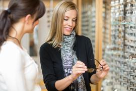 opticien laat brillen zien aan klant