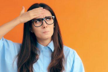 Blog-160119-Vrouw-met-bril-kijkt-bedenkelijk-Pearle-Opticiens