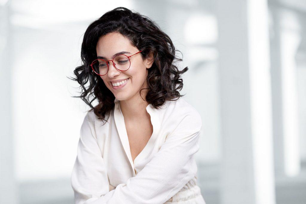 Vrouw met hippe bril naar de laatste trends